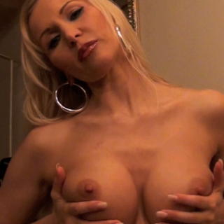 4c2e304b in Die geile M.i.l.f. - Pussy-Show
